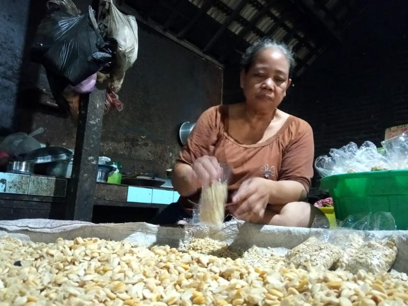 Perajin tempe asal Desa sumberjo, Rembang, Sutini. Aba/Rembangcyber